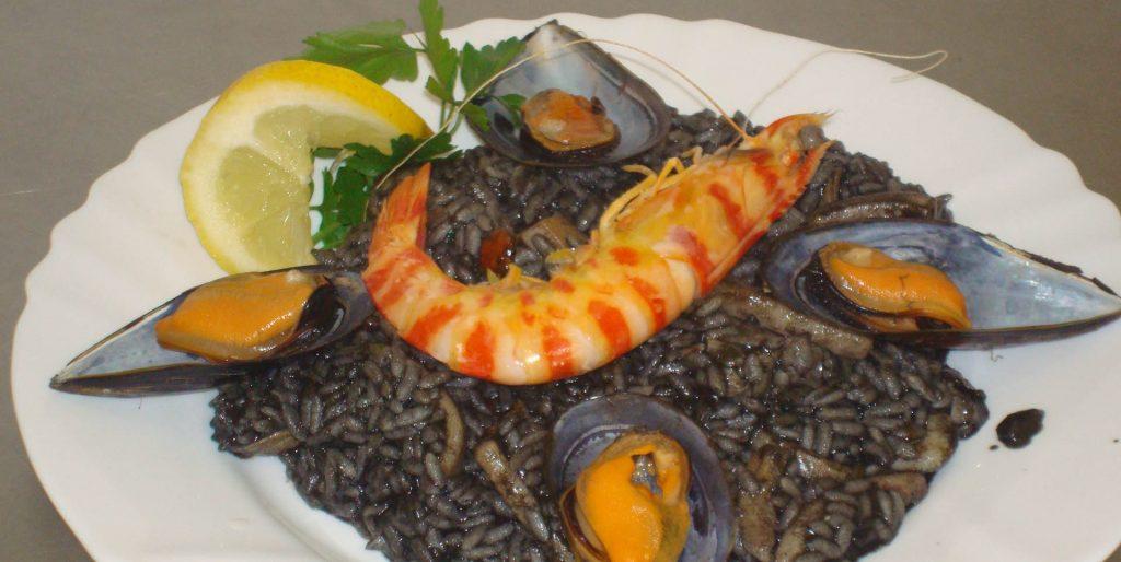 Чёрная испанская паэлья с морепродуктами