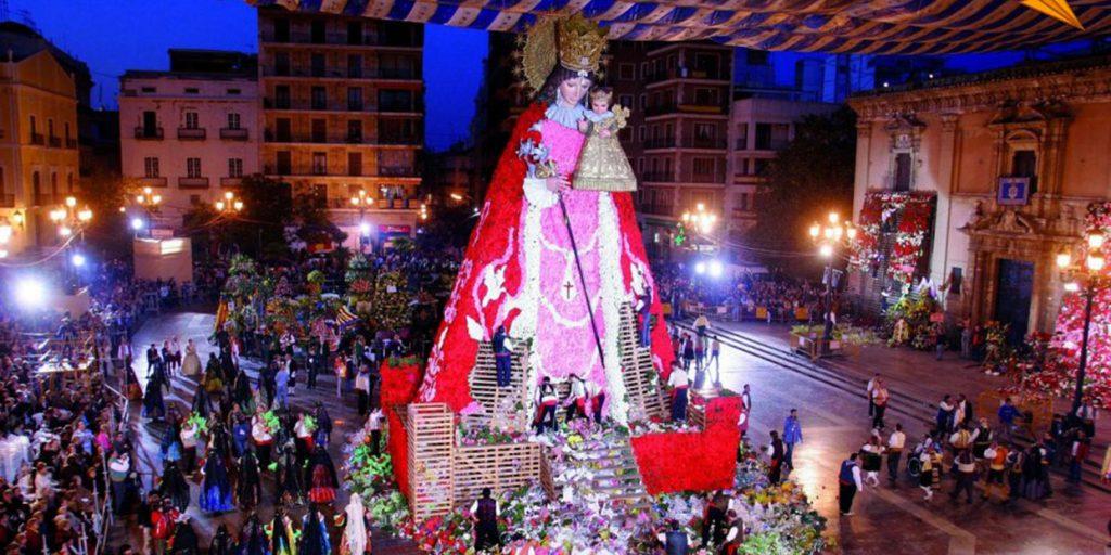 Возложение цветов статуе Девы Марии