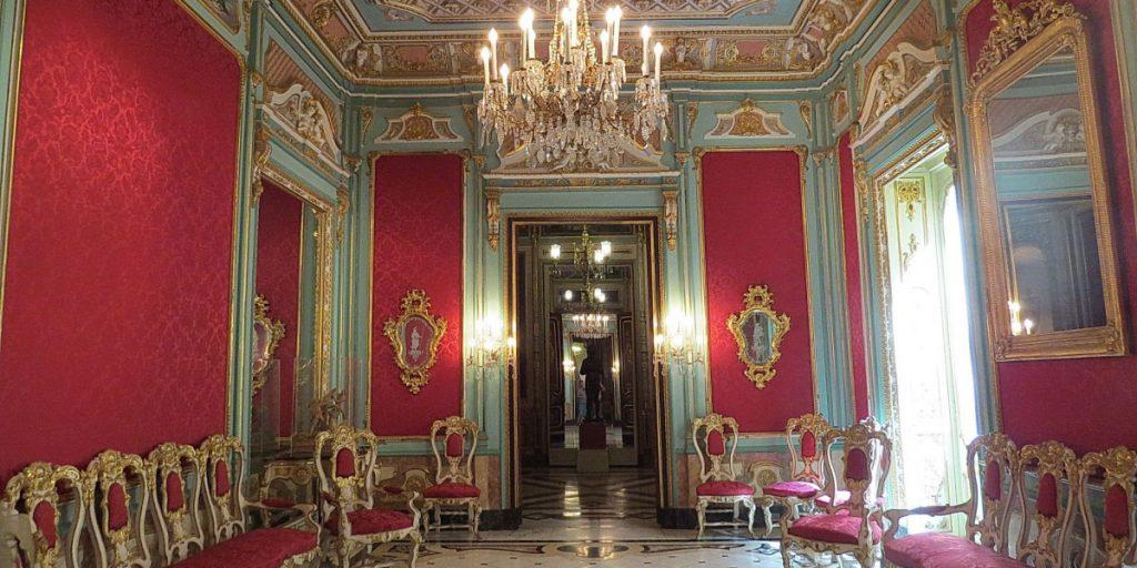 Шикарные залы музея керамики в Валенсии